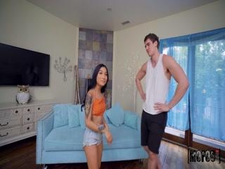 Русская порнуха со зрелой и молодым парнем, который трахает ее в киску на диване дома