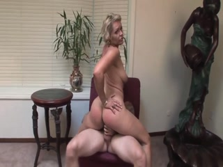 Тещенька соблазнила молодого парня на секс