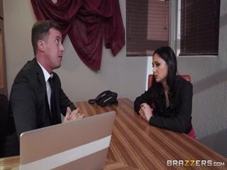 Секс-видео со зрелыми начальниками и молодыми девушками на работе в офисе