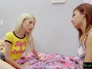 Порно видео лесби, которые очень любят секс втроем дома на диване в гостиной комнате