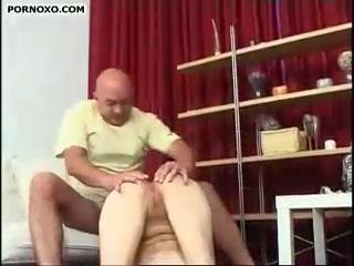Отец трахает дочь и кончает ей прямо внутрь киски после минета