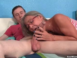 Мама сосёт член сына, а он кончает ей в рот спермой после этого секса
