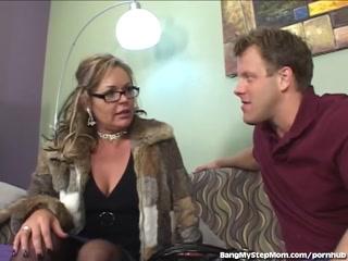 Секс-кастинг женщин в чулках и молодого парня
