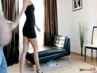 Блондинка сосет член и трахается в киску на кровати дома у парня, который любит секс