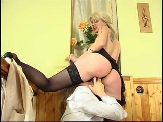 Секс с красивой блондинкой на кастинге, которая любит сосать