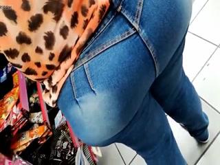 Толстушка в магазине трахается со случайным прохожим и получает оргазм