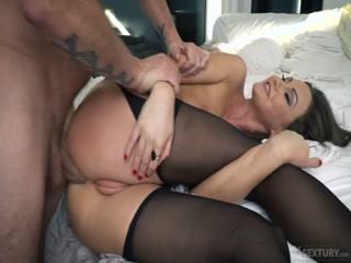 Порно видео со зрелой дамочкой, которая очень любит сосать хуй у мужчин в возрасте