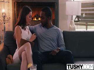 Секс видео без регистрации - негр трахает блондинку в пизду на диване дома