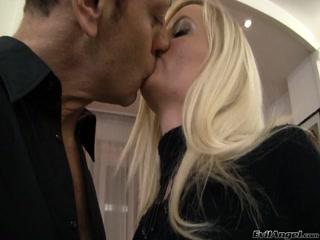 Молодая блондинка сосет у парня, а потом дает ему в пизду