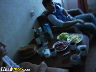 Пьяный секс молодых студентов на кухне дома после вечеринки  для дрочки