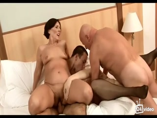 Порно видео со зрелыми женщинами, которые трахаются с молодыми