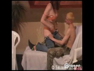 Групповое порно зрелых дамочек со своими любовниками дома на диване вчетвером