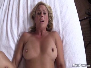 Секс видео с красивой блондинкой, которая любит сосать и ебаться