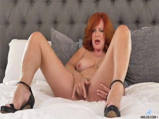 Сексуальная зрела женщина с большой грудью дро