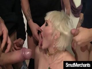 Сексуальная блондинка сосет два члена сразу после работы у одного из друзей